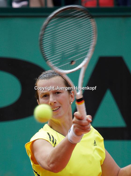 French Open 2009, Roland Garros, Paris, Frankreich,Sport, Tennis, ITF Grand Slam Tournament, <br /> Kristina Barrois (GER) spielt eine Vorhand,forehand,action,Ball,Ballblick,<br /> Konzentration  .<br /> <br /> Foto: Juergen Hasenkopf