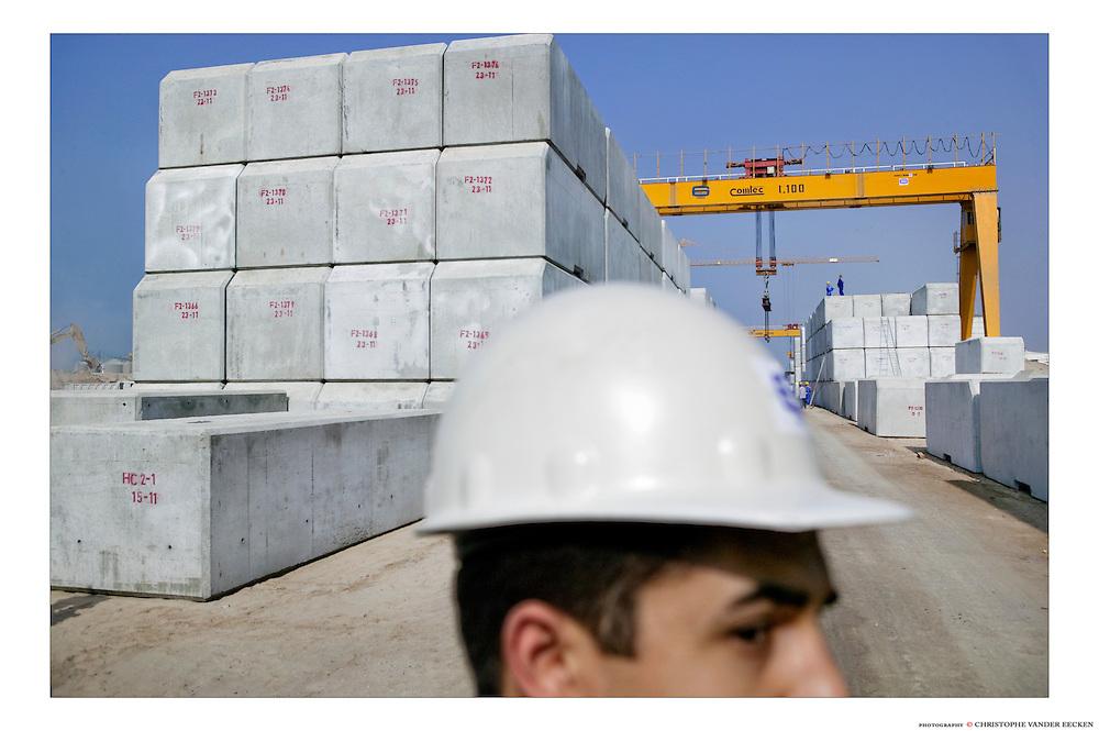 Sharjah, U.A.E., Nov 24, 2004, Construction of the Hamryam Quay-wall. PHOTO © Christophe VANDER EECKEN