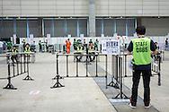 Säkerheten är hög för att komma nära och skaka hand med sin idol i popgruppen AKB48. Makuhari Messe i Chiba City, Japan.