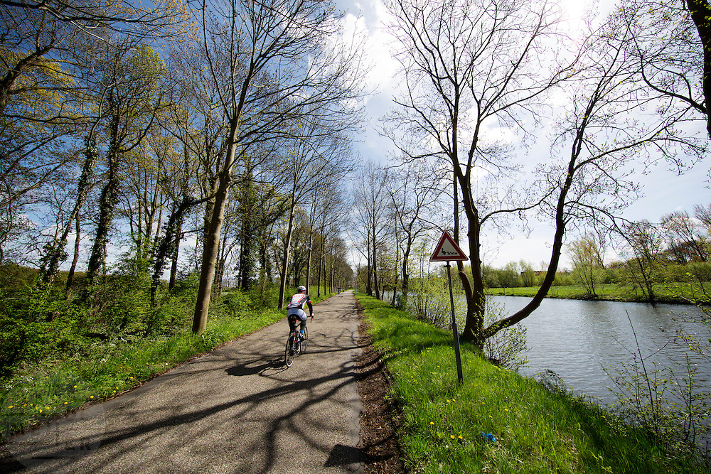 Bij Oud-Zuilen rijdt een wielrenner langs de Vecht en passeert een bord dat waarschuwt voor overstekende eenden.<br /> <br /> Near Oud-Zuilen a cyclist is riding along the Vecht and passes a traffic sign warning for crossing ducks.