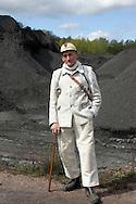 Nederland, Heerlen , 20040419.<br /> Rein Bettink, voormalig mijnwerker. (81), meer dan 35 jaar onder de grond gezeten. particuliere mijn Oranje Nassau I (1937-1974) (gestorven april 2005)<br /> Hier gefotografeerd op de laast overgebleven steenberg. De steenberg van Brunsummerheide. De steenberg van de Oranje Nassaumijn IV bij de wijk Heksenberg.  Sigrano, haalt hier zilverzand uit de grond.<br /> Hij heeft een eigen museum en een grote voorraad aan spullen in zijn kelder.<br /> De enorme collectie telefoons, mijnfietsen, lampen tot en met een heuse loc compleet met rails is vlak voor zijn overlijden met behulp van de Vrienden van de Rein Bettink stichting in bewaring gesteld bij mijncentrum CarboON, een stichting die de spullen wil uitstallen in het nieuw op te richten mijnmuseum in Heerlen. Dit mijnmuseum was een droom van Bettink, die zich daarvoor jaren heeft ingezet.
