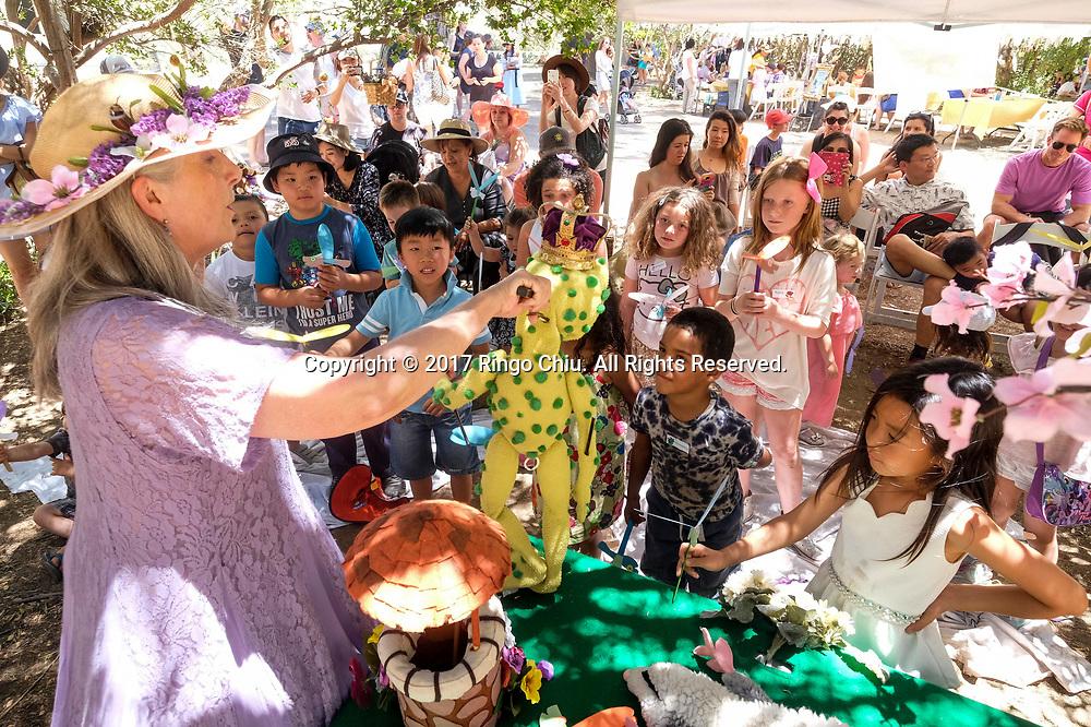 6月17日,小孩子們观看木偶戲。当日,在美国加利福尼亚州樱桃谷,举办了第十三届薰衣草节,吸引大批民众前往观赏。新华社发 (赵汉荣摄)<br /> Children enjoy the puppet show at Highland Spring Ranch during the 13rd Annual Lavender Festival in Cherry Valley, California, the United States, June 17, 2017.(Xinhua/Zhao Hanrong)(Photo by Ringo Chiu)<br /> <br /> Usage Notes: This content is intended for editorial use only. For other uses, additional clearances may be required.