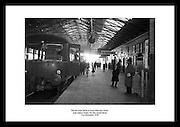 Det siste toget som gikk fra Harcourt Street togstasjon før linjen ble nedlagt, 31 desember 1958..Historiske bilder, fra Irland. Hentet fra Irish Photo Archive. HARCOURT TRAIN STATION,