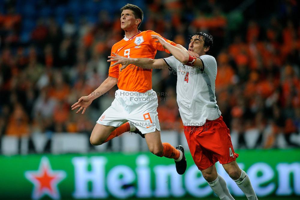 01-04-2009 VOETBAL: WK KWALIFICATIE NEDERLAND - MACEDONIE: AMSTERDAM<br /> Nederland wint met 4-0 van Macedonie / Klaas Jan Huntelaar en Goce Sedloski<br /> &copy;2009-WWW.FOTOHOOGENDOORN.NL
