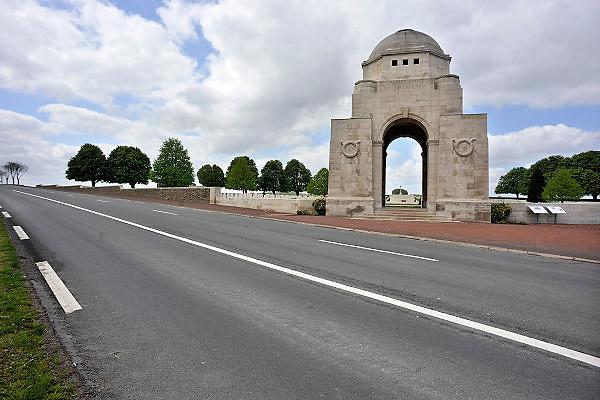 Frankrijk, Souchez, 12-5-2013De Britse begraafplaats Cabaret Rouge van Souchez, ontworpen door architect Frank Higginson, is een van de grootste begraafplaatsen in de regio: 7.665 graven van soldaten uit de Gemenebest, omgekomen tijdens de Eerste Wereldoorlog, waarvan meer dan de helft niet is geïdentificeerd.Van Souchez is niets meer over als de Franse troepen het dorp in september 1915 terugnemen. In maart 1916 worden de Fransen afgelost door de Britten op het front van de Artois. Ze leggen aan de rand van Souchez een eerste begraafplaats aan op de plaats van het voormalige café Le Cabaret Rouge. Hier rusten in de omgeving gesneuvelde Canadese en Engelse strijders. Het slagveld bevindt zich ruwweg in de driehoek gevormd door de Franse steden Albert, Bapaume en Péronne. Foto: Flip Franssen/Hollandse Hoogte
