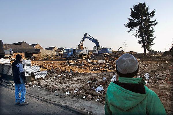 Duitsland, Holz, 31-1-2009Dit dorp ligt in het gebied dat afgegraven wordt door stroomproducent RWE. De bruinkool voor de centrales wordt in dagbouw ontgonnen. Het gebied wordt langzaam maar aeker opgegeten, en dorpen die in de weg liggen worden afgebroken en de bewoners verplaatst. Hier kijken twee oud dorpelingen naar de sloopwerkzaamheden.Foto: Flip Franssen/Hollandse Hoogte