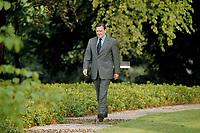06 May 1999 - BONN, GERMANY:<br /> Gerhard Schröder, Bundeskanzler, spaziert durch den Park des Bundeskanzleramts.<br /> IMAGE: 19990506-03/01-03<br /> KEYWORDS: Gerhard Schroeder