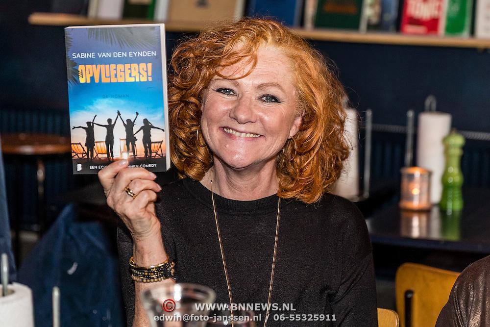 NLD/Amsterdamt/20170111 - Nieuwjaarsborrel Opvliegers 2,  Hymke de Vries  met het boek Opvliegers