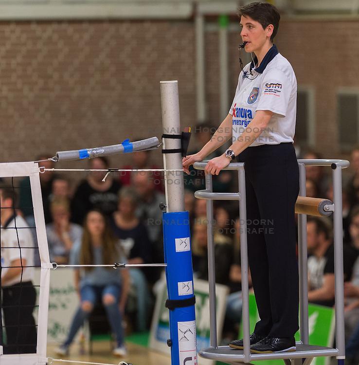 09-04-2016 NED: Coolen Alterno - Springendal Set Up 65, Apeldoorn<br /> Set Up wint met 3-2 en dat blijkt genoeg om zich te plaatsen voor de finale. / Scheidsrechter Helene