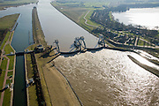 Nederland, Zuid-Holland, Hagestein, 11-02-2008; stuw in de rivier de Lek, dient om waterpeil in de rivier te reguleren; de vizierschuif van de stuw is gesloten, hierdoor is er verschil in waterhoogte, dit verval wordt gebruikt om een waterkrachtturbine aan te drijven; de foto is in zuidooostelijke richting, stroomopwaarts, richting Culemborg..luchtfoto (toeslag); aerial photo (additional fee required); .foto Siebe Swart / photo Siebe Swart