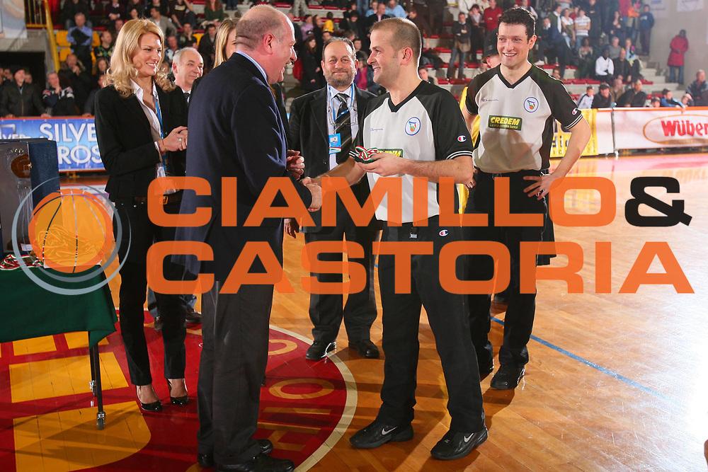 DESCRIZIONE : Schio Lega A1 Femminile 2007-08 Coppa Italia Finale Levoni Taranto Umana Venezia <br /> GIOCATORE : Arbitro <br /> SQUADRA : <br /> EVENTO : Campionato Lega A1 Femminile 2007-2008 <br /> GARA : Levoni Taranto Umana Venezia <br /> DATA : 16/03/2008 <br /> CATEGORIA : Premiazione <br /> SPORT : Pallacanestro <br /> AUTORE : Agenzia Ciamillo-Castoria/S.Silvestri