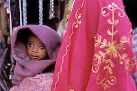 Inde. Rajasthan. Femme avec son bébé dans le bazar de Jodhpur.  // India. Rajasthan. Jodhpur. Woman with baby at the bazar.