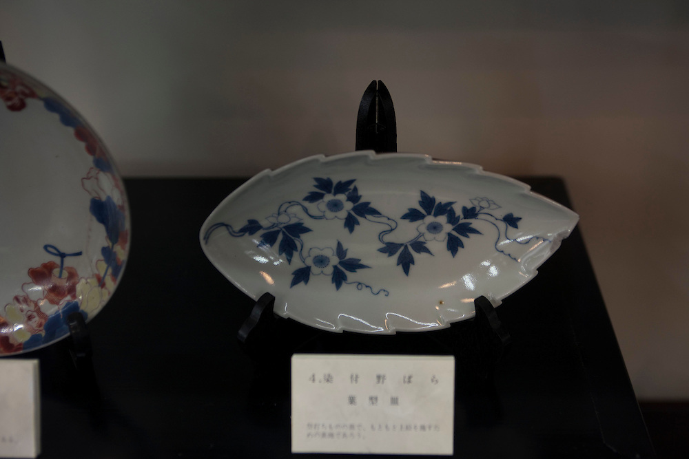 sometuke nobara -. wild rose pattern on a chestnut dish