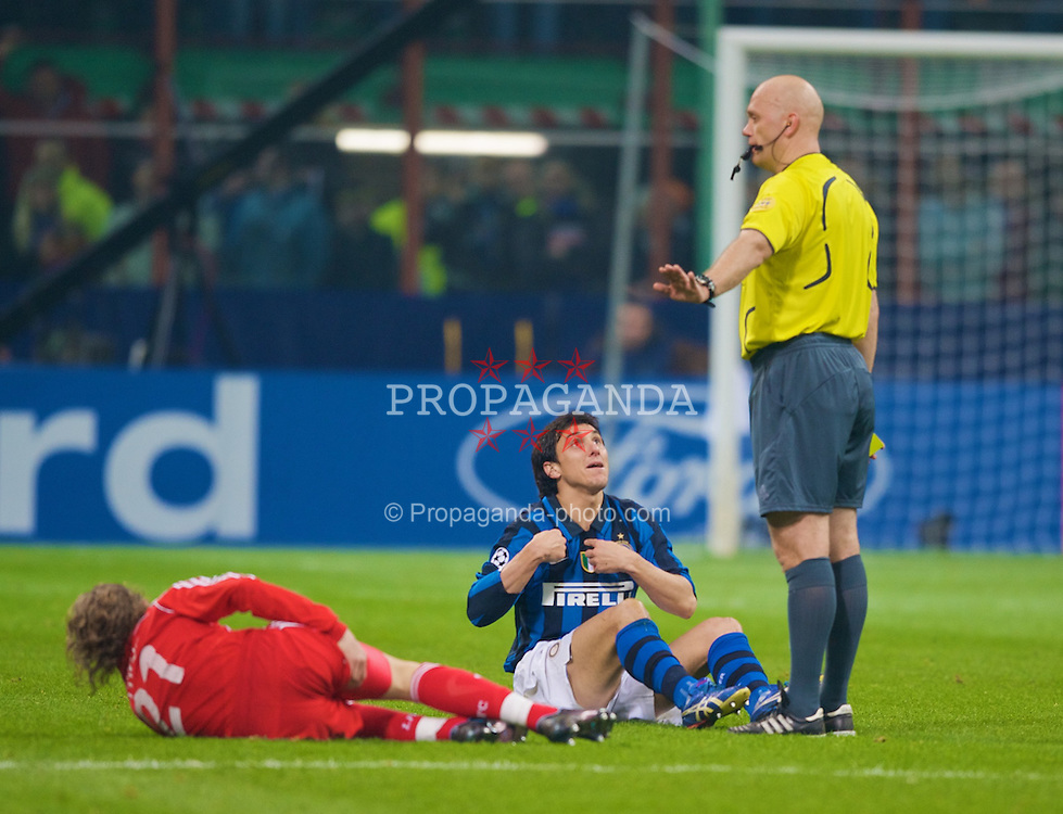 MILAN, ITALY - Tuesday, March 10, 2008: FC Internazionale Milano's Nicolas Burdisso protests to referee Tom Henning Ovrebo before being shown the second yellow card and sent off during the UEFA Champions League First knockout Round 2nd Leg match against Liverpool at the San Siro. (Pic by David Rawcliffe/Propaganda)