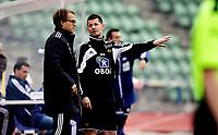 Fotball<br /> 2. runde i NM Cup<br /> Bislett Stadion , 09.05.12<br /> Skeid - Vålerenga<br /> Ole- Kristian Vikan diskuterer med sin assistent Øystein Bråthen<br /> Foto: Eirik Førde