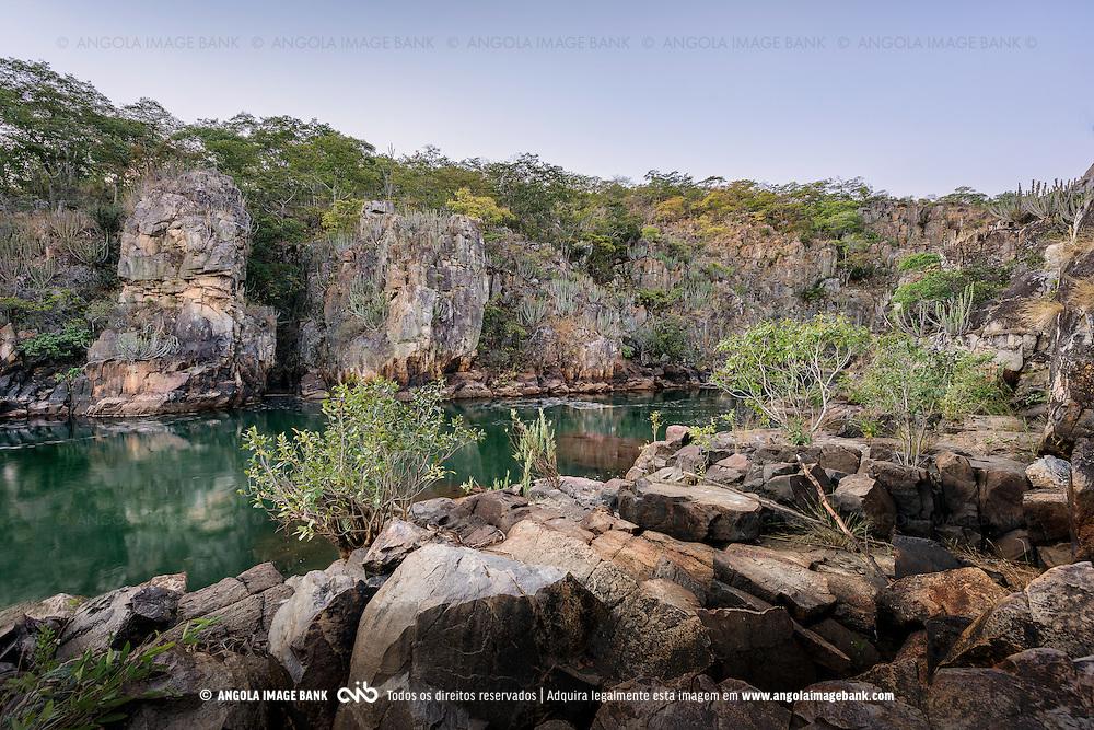 A garganta do rio Cuchi no Cuando-Cubango ao cair da noite. Angola