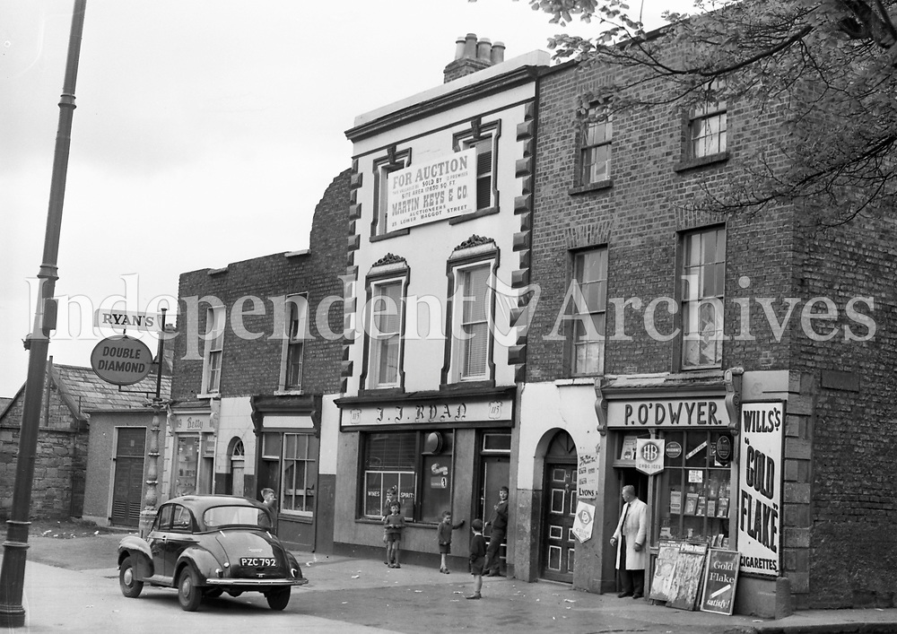 Ryans Pub and P. O' Dwyer shop on Haddington Road in Dublin in 1964. (Part of the Independent Newspapers/NLI Collection)
