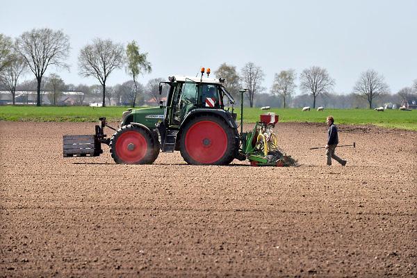 Nederland, Venray, 17-4-2018Een boer bewerkt zijn grond, landbouwgrond, land, akker, preventief met een bestrijdingsmiddel wat achterop de trekker, tractor,  zit. In de krat voorop zit extra vloeistof, gif .Foto: Flip Franssen