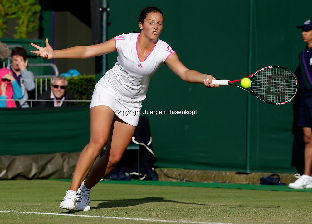 Wimbledon Championships 2011, AELTC,London,.ITF Grand Slam Tennis Tournament.Rasenturnier,.Laura Robson (GBR),Einzelbild,Aktion,Ganzkoerper,Querformat,