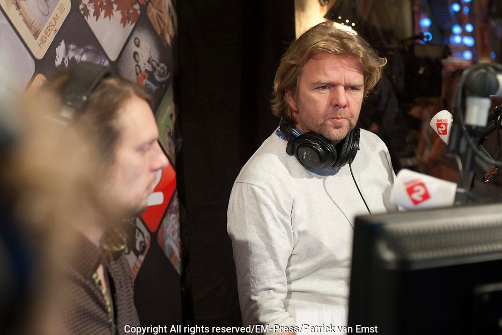 Gijs Staverman start het eerste nummer van de Top 2000 in de studio van het Top 2000 Cafe Het is de eerste keer dat Gijs Staverman de (15e) editie van de Top 2000 presenteerd.<br /> <br /> Op de foto:   nieuwslezer Clemens Peters