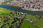 Nederland, Overijssel, Gemeente Deventer, 03-10-2010; zicht op de oostoever van de IJssel met De Worp en IJsselhotel. Op deze lokatie is een hoogwatergeul gepland, die begint voor de boogbrug en die loopt langs en/of door De Worp naar de spoorbrug (links in beeld)..View on the east bank of the river IJssel with park and hotel. At this location a flood channel is planned, coming from the right and under/via the park to the railway bridge (left)..luchtfoto (toeslag), aerial photo (additional fee required).foto/photo Siebe Swart