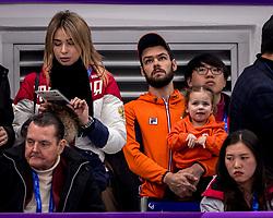17-02-2018 KOR: Olympic Games day 8, PyeongChang<br /> 1000 m / Sjinkie Knegt of the Netherlands bekijk de finale 1000m vanaf de tribune met zijn dochtertje Myrthe