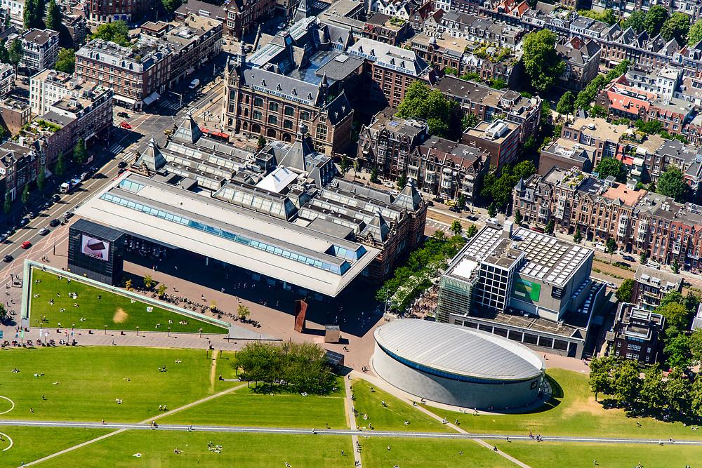 Nederland, Noord-Holland, Amsterdam, 29-06-2018; Amsterdam-Zuid, Museumkwartier. Met aan het Museumplein Van Goghmuseum, Stedelijk Museum.  Paulus Potterstraat.<br /> Museum quarter.<br /> View of the old town, w belt of canals.<br /> luchtfoto (toeslag op standard tarieven);<br /> aerial photo (additional fee required);<br /> copyright foto/photo Siebe Swart