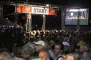 Nederland, Nijmegen, 20-7-2010Op de Wedren starten om 3 uur de eerste lopers van de 4daagse. De eerste meters door de stad werden zij aangemoedigd door bezoekers van de zomerfeesten die het laat hadden gemaakt. Dit jaar wordt voor het eerst gewerkt met polsbandjes met een barcode die de controle op het parcours makkelijker maakt. Vanwege het verwachte warme weer wordt die eerste dag een uur eerder gestart en worden extra waterpunten ingericht.Foto: Flip Franssen/Hollandse Hoogte