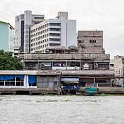 THA/Bangkok/20160729 - Thailand 2016 Bangkok, huizen aan de Chao Phraya rivier