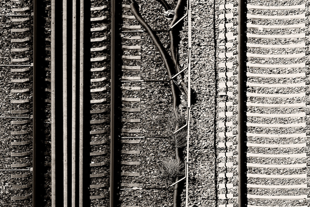 The plan view of a track bed with rails and ballast stones.