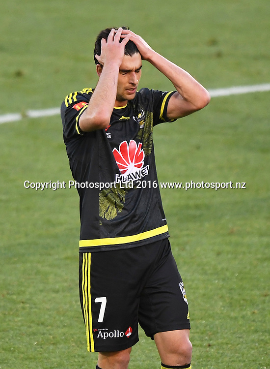 Gui Finkler rues a missed chance on goal. Wellington Phoenix v Western Sydney Wanderers. A-League Football. Mt Smart Stadium, Auckland, New Zealand. Saturday 17 December 2016 © Copyright image: Andrew Cornaga / www.photosport.nz