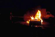 Roma.  Vigili del Fuoco Tuscolano II  .Un Vigile del fuoco interviene durante un incendio di una automobile.Rome.  Firefighters Tuscolano II.Firefighters Battling car Fire