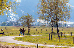 THEMENBILD - ein Paar spaziert einen Wanderweg entlang aufgenommen am 29. April 2017, Thumersbach, Österreich // a pair of walking along a walkway at Thumersbach, Austria 2017/04/29. EXPA Pictures © 2017, PhotoCredit: EXPA/ JFK
