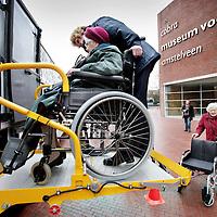 Nederland,Amstelveen ,8 januari 2008..Een senior wordt voor het cobramuseum uit de museum plus bus geholpen via een in de bus speciaal voor rollators ontworpen lift.