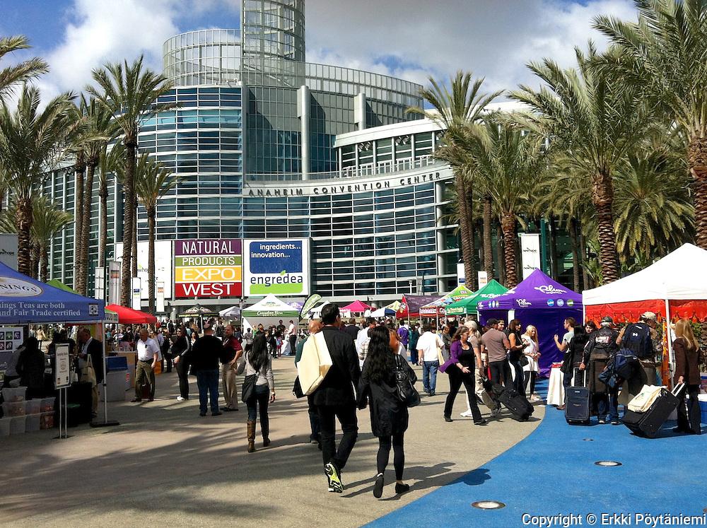 Expo West Anaheimissa on luontaisalan suurin ammattitapahtuma Pohjois-Amerikassa. Markkinahumu alkaa jo messuhallin ulkopuolelta, eikä näytteiden jakajia voi välttää.