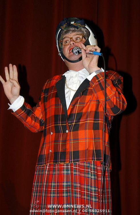NLD/Amsterdam/20051018 - CD presentatie msucial Annie door Paul de Leeuw verkleed als Annie de Rooij
