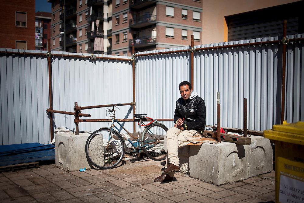 Un ragazzo nei pressi dell'ingresso delle ex palazzine olimpiche occupate.