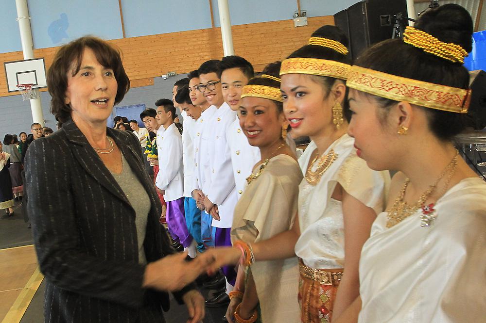 La nouvelle maire UMPde Bussy St Georges, Chantal Brunel salue les soeurs de Nang Sangkhane.<br /> <br /> Le nouvel an lao 2557 se f&ecirc;te par la procession de Nang Sangkhane. Organis&eacute; par quatres associations lao en ile de france.