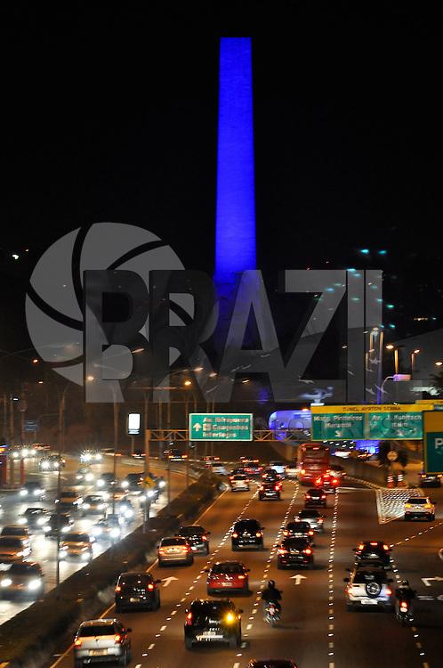 SÃO PAULO, SP, 06 DE AGOSTO DE 2011 - OBELISCO AZUL - O Obelisco do Ibirapuera localizado na zonal sul de São Paulo está com iluminação Azul na noite deste sabado (06/08). FOTO: LEVI BIANCO - NEWS FREE