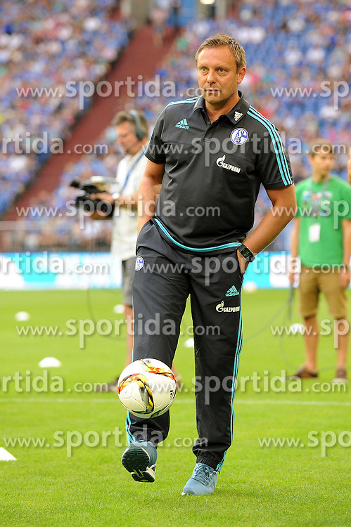 02.08.2015, Veltins Arena, Gelsenkirchen, GER, Testspiel, Schalke 04 vs FC Twente, im Bild Trainer Andre Breitenreiter ( Schalke 04 ) laesst locker den Ball auf dem Fuss tanzen. // during the International Friendly Football Match between Schalke 04 and FC Twente at the Veltins Arena in Gelsenkirchen, Germany on 2015/08/02. EXPA Pictures &copy; 2015, PhotoCredit: EXPA/ Eibner-Pressefoto/ Thienel<br /> <br /> *****ATTENTION - OUT of GER*****