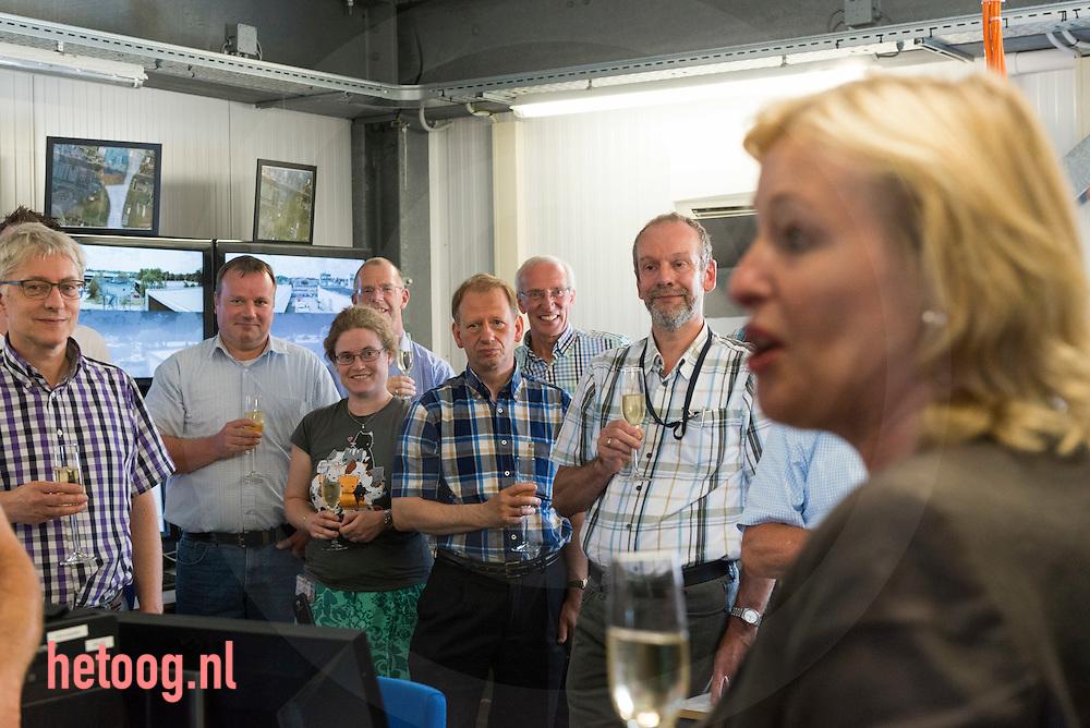 Nederland, Hengelo (O) 07juli2014  - Jet Bussemaker minister van onderwijs krijgt een rondleiding in de z.g.n. I-Mast van Thales bestemd voor de  schepen uit de 'holland klasse' van de koninklijke marine. Hier met veel mannelijke Thales medewerkers .  Deze mast is bestemd voor de     ZR. MR. Friesland.                                  (volgende tekst is persbericht ministerie OCW):  Minister Jet Bussemaker (Onderwijs) stelde maandag 7 juli samen met een aantal vrouwelijke medewerkers de 5e I-mast in bedrijf bij Thales te Hengelo. Thales Nederland ontwikkelt geïntegreerde I-masten voor marineschepen van de zogenaamde Hollandklasse. In deze maststructuur zijn vrijwel alle sensoren en communicatiesystemen aan boord van het schip geïntegreerd. Het zijn de ogen en oren van het schip. Thales is als werkgever aangesloten bij het Techniekpact en zet zich in om meer vrouwen voor de techniek te interesseren. Het bedrijf is op dit moment bezig met een campagne om jonge vrouwen te interesseren voor techniek door jaarlijks 10 scholarships aan te bieden aan vrouwen die in de laatste twee jaar van hun studie zitten. Minister Bussemaker wil dat meer jongeren voor een technische opleiding kiezen. Het aantal studenten dat kiest voor een technische opleiding stijgt. fotografie Cees Elzenga/Hollandse -Hoogte
