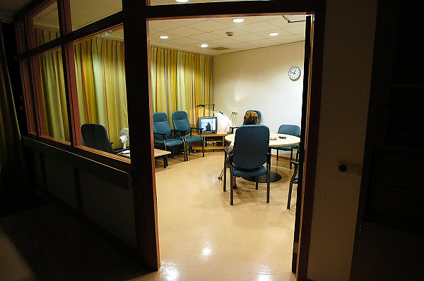 Nederland, Nijmegen, 13-5-2003..Patient die niet kan slapen kijkt televisie in de recreatieruimte van een verpleegafdeling in het UMC Radboud. Ziekenhuis, zorg, nachtmens, ziekte, ziekenfonds..Foto: Flip Franssen