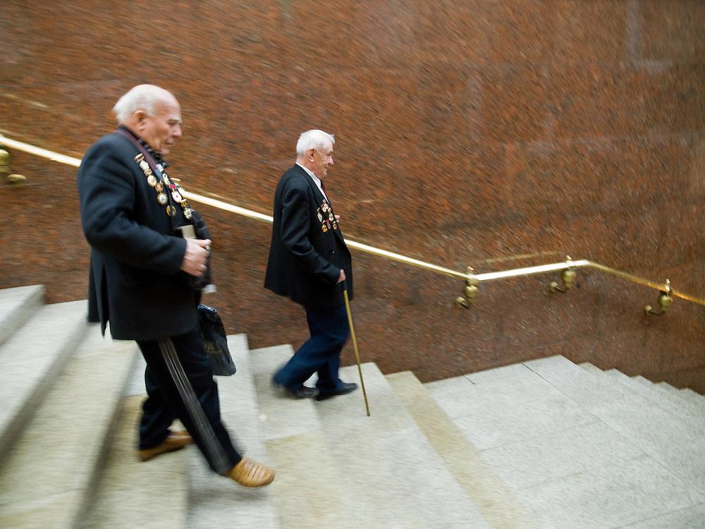 Der 85 j&auml;hrige ukrainische 2. Weltkriegs Veteran Ivan Dmitrievich Dunayev (links) mit einem befreundeten Vetranen im Museum des Gro&szlig;en Vaterl&auml;ndischen Krieges in Moskau. Das Museum befindet sich auf dem Berg &quot;Poklonnaja Gora&quot;. Die beiden Veteranen sind zur Siegesparade (9.Mai 2008) nach Moskau angereist.  <br /> <br /> The 85 years old Ukrainian WW II veteran Ivan Dmitrievich Dunayev (left) with a friend at the Museum of the Great Patriotic War in Moscow at Poklonnaya Gora (Bowing Hill). Both WW II veterans travelled for the Victory Parade (09.05.2008) to Moscow.