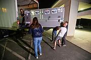 In Battle Mountain wordt vroeg in de ochtend de flight case met de fiets bezorgd. Het Human Power Team Delft en Amsterdam, dat bestaat uit studenten van de TU Delft en de VU Amsterdam, is in Amerika om tijdens de World Human Powered Speed Challenge in Nevada een poging te doen het wereldrecord snelfietsen voor vrouwen te verbreken met de VeloX 9, een gestroomlijnde ligfiets. Het record is met 121,81 km/h sinds 2010 in handen van de Francaise Barbara Buatois. De Canadees Todd Reichert is de snelste man met 144,17 km/h sinds 2016.<br /> <br /> With the VeloX 9, a special recumbent bike, the Human Power Team Delft and Amsterdam, consisting of students of the TU Delft and the VU Amsterdam, wants to set a new woman's world record cycling in September at the World Human Powered Speed Challenge in Nevada. The current speed record is 121,81 km/h, set in 2010 by Barbara Buatois. The fastest man is Todd Reichert with 144,17 km/h.