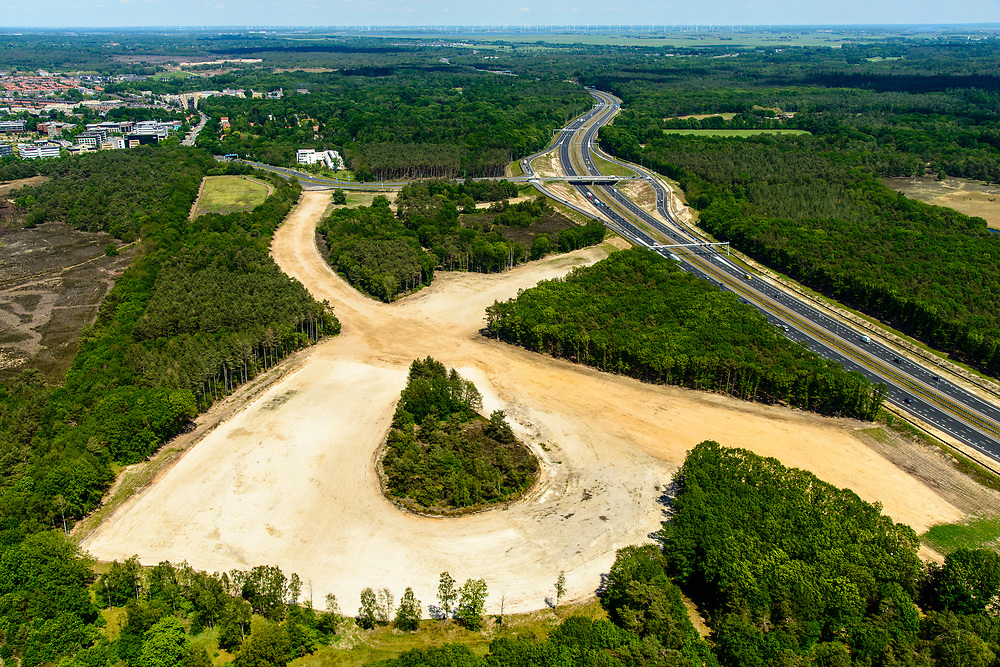 Nederland, Noord-Holland, Hilversum, 29-05-2019; Rijksweg A27, voormalige afslag van de snelweg, even ten zuiden van Hilversum. Zand van het voormalige grondlichaam.<br /> Former exit of the highway, just south of Hilversum.<br /> luchtfoto (toeslag op standard tarieven);<br /> aerial photo (additional fee required);<br /> copyright foto/photo Siebe Swart