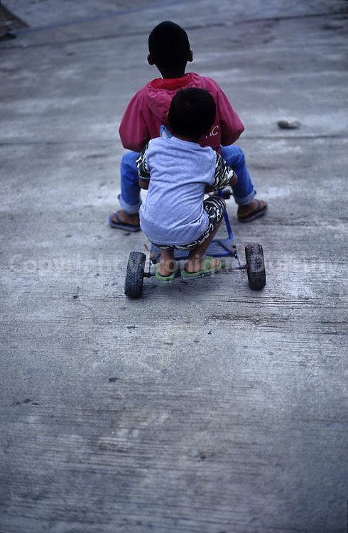 FILIPINO CHILDREN PLAYING, LUZON ISLAND, THE PHILIPPINES