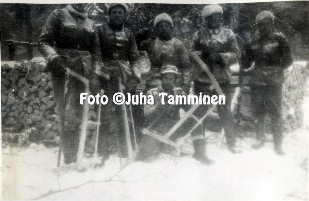 HJK:n &amp; maajoukkueen pelaaja Armas Pyyn albumi. <br /> Mets&auml;t&ouml;iss&auml; Talvisodassa. Kuva vuodelta 1939.