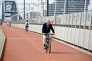 In Nijmegen rijden fietsers over de Snelbinder, de fietsbrug tussen Nijmegen en Lent.<br /> <br /> In Nijmegen cyclists ride at the bridge over the river Waal.