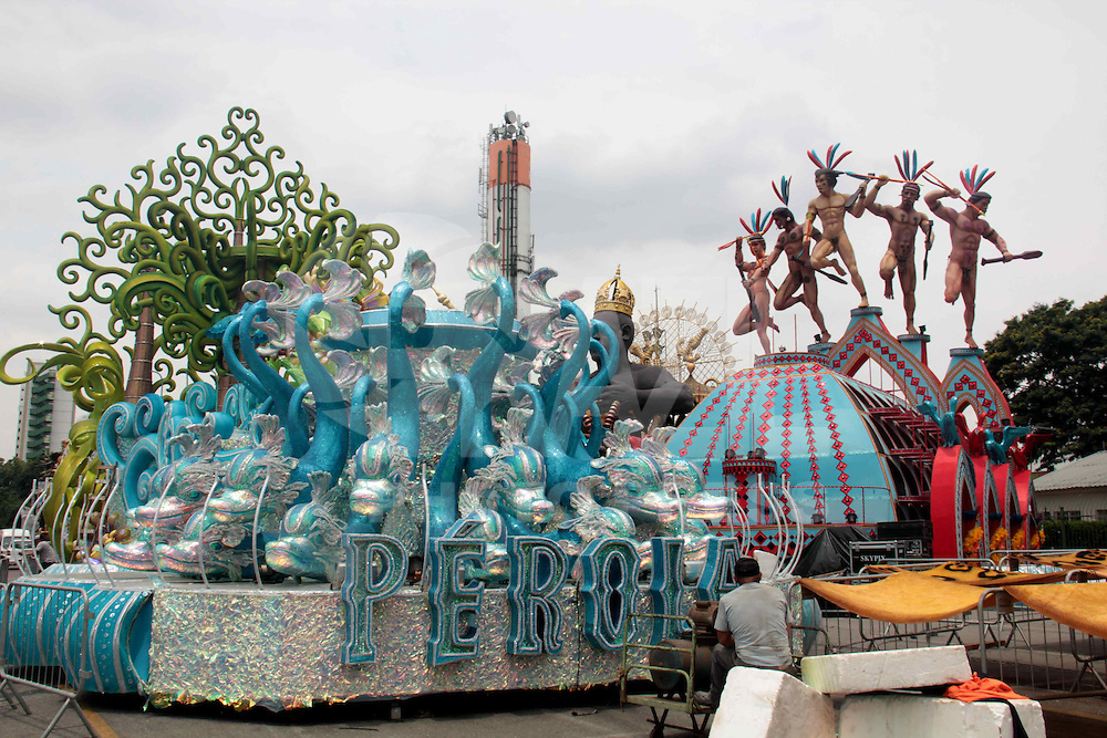 SÃO PAULO, SP - 04.2.2016: CARNAVAL-SP - Integrantes das escolas de samba realizam os últimos preparativos nos carros alegóricos no sambódromo do Anhembi, nesta quinta feira (4), véspera do primeiro dia de desfiles do Carnaval de São Paulo. (Foto: Marcio Ribeiro/Brazil Photo Press/Folhapress)