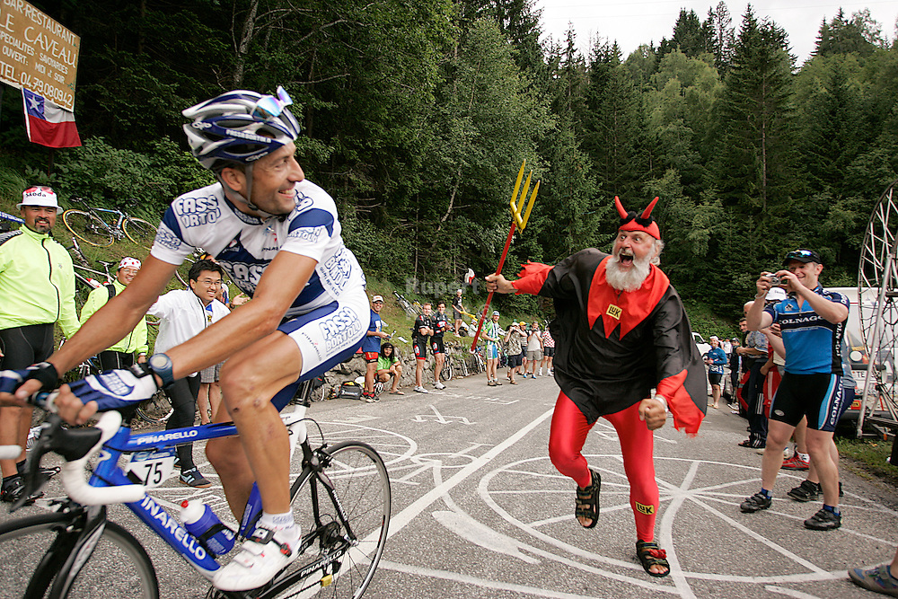 Tour de France 2005. The DEVIL demands more speed from a rider